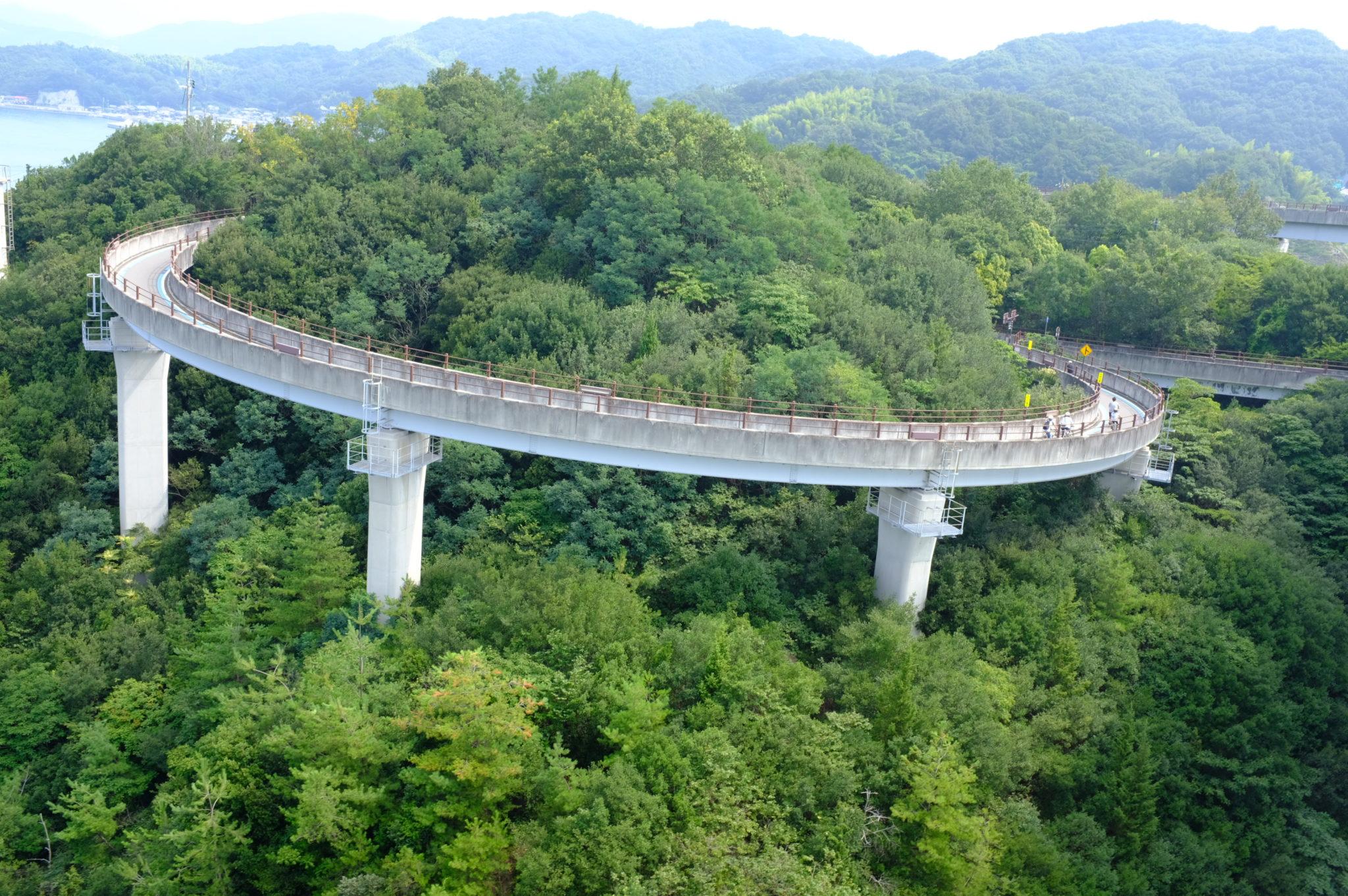 Tolle Auffahrten hoch zur Brücke