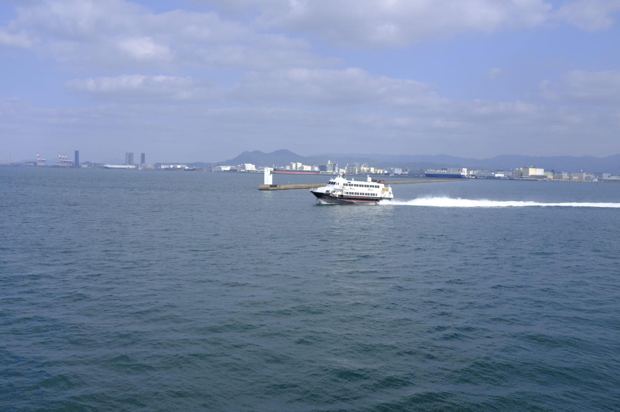 Kurz vor Fukuoka kommt uns die Jetfoil entgegen